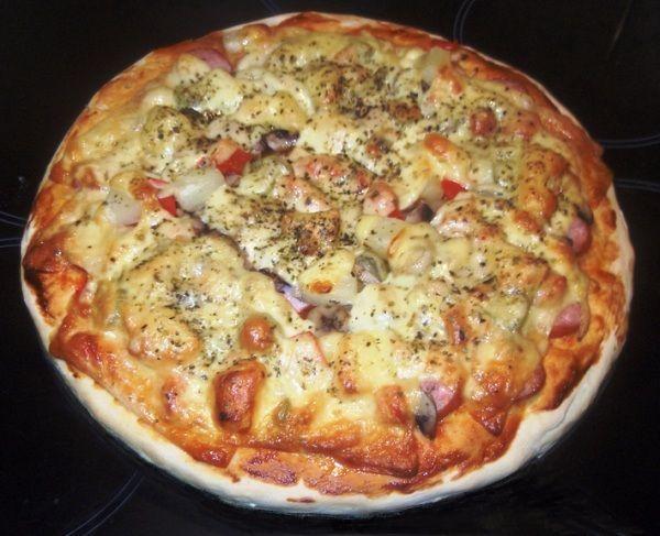 Вкусная и простая пицца с колбасой