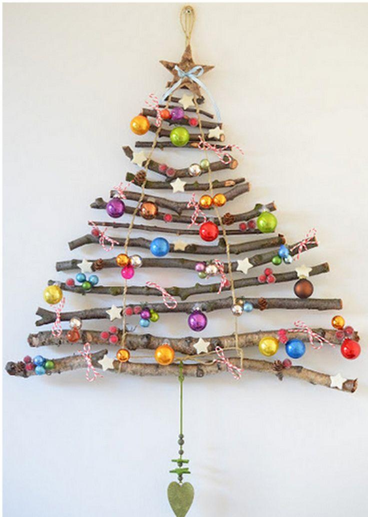 1. Hitta en eller flera lämpliga grenar. 2. Skär med sekatör till grenar i olika längder så det blir en granformation. 3. Knyt ihop grenarna med ett snöre och gör en ögla längst upp som hänge. 4. Gör en girlang av pärlor eller dylikt du vill dekorera med. 5. Snurra fast girlangen. Bildkälla