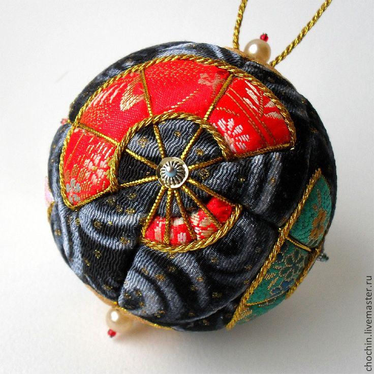Купить или заказать Танец с веером - елочный шар коллекционный кимекоми кимэкоми в интернет-магазине на Ярмарке Мастеров. Коллекционный елочный шар в технике кимэкоми Диаметр — 8 см. Существует в единственном экземпляре, повторов не будет. На каждой из четырех сторон шара - по вееру: красный, бирюзово-зелеый, оранжевый, перламутрово-бежевый. _______________________ Материалы: Основа — пенопластовый шар. Ткани: пять видов японской парчи (состав: хлопок, полиэстр), шелк чиримэн (фон с…