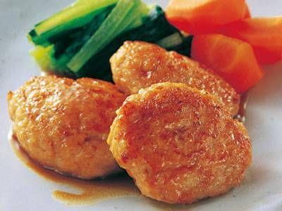 白井 操さんの絹ごし豆腐を使った「豆腐と鶏肉の小判焼き」のレシピページです。豆腐の力でフンワリフワフワな和風照り焼きハンバーグです。 材料: 絹ごし豆腐、鶏ひき肉、A、B、つけ合わせ、塩、サラダ油