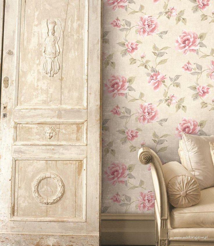 Postarzane drzwi w towarzystwie eleganckiej tapety kwiatowej Luxe Chalet NL 10918.