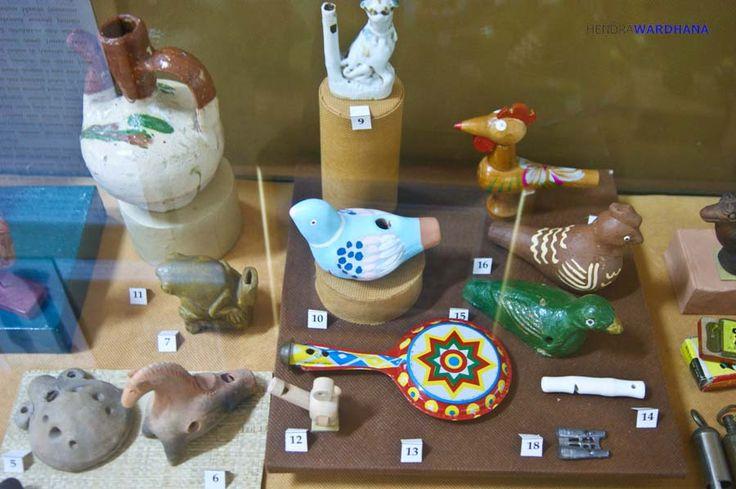Peluit dan mainan flute berbentuk burung dan binatang lainnya  Selengkapnya : http://www.kompasiana.com/wardhanahendra/istimewa-jogja-punya-mesin-waktu-di-kolong-tangga_55287cb86ea834905f8b4586