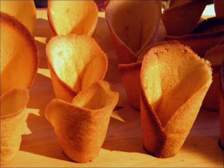 Les cornets de Murat Temps de préparation : 15 minutes Temps de cuisson : 8 minutes Ingrédients (pour 4 personnes) : - 3 blancs d'oeufs - 100 g de sucre glace - 50 g de beurre + 20 g pour la plaque - 60 g de farine - 25 cl de crème fraîche - 2 sachets...