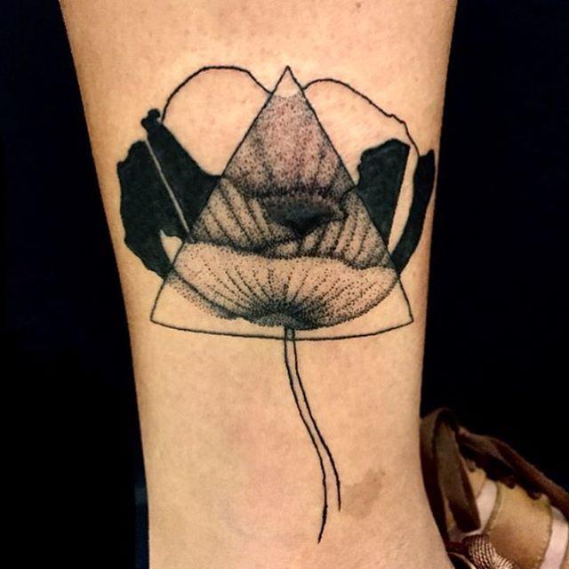 Minha oitava tattoo, na querida @dani____l! Feliz em aprender e conviver a cada dia com a equipe #kingseventattoo! #tattooapprentice #flowertattoo #blackwork #dotwork #blacktattoo #kingseventattoo #king7tattoobarra