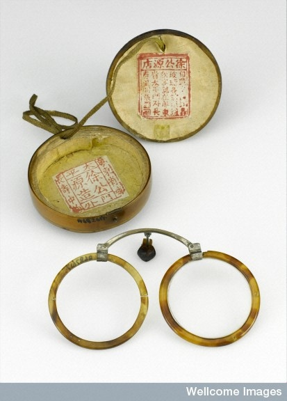 L0059077 Folding tortoiseshell spectacles with case, Chinese.  © Science Museum, London / Wellcome Images.