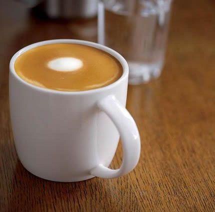El café capuchino tiene muchos fans, tanto en Italia como en el resto del mundo. Forma parte de un desayuno clásico al estilo italiano. Pero solo pocos saben realmente hacer un buen café capuchino en casa, en realidad es bastante sencillo una vez que llegan a conocer las medidas correctas de espuma y la cantidad ...
