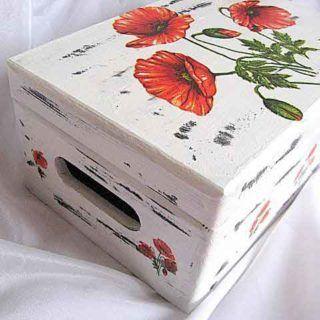 Cutie lemn cu capac si manere, design flori maci, fundal alb antichizat