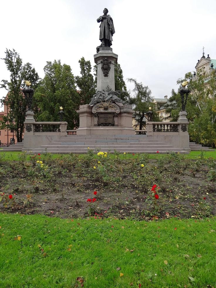 Pomnik Adama Mickiewicza na Krakowskim Przedmieściu.