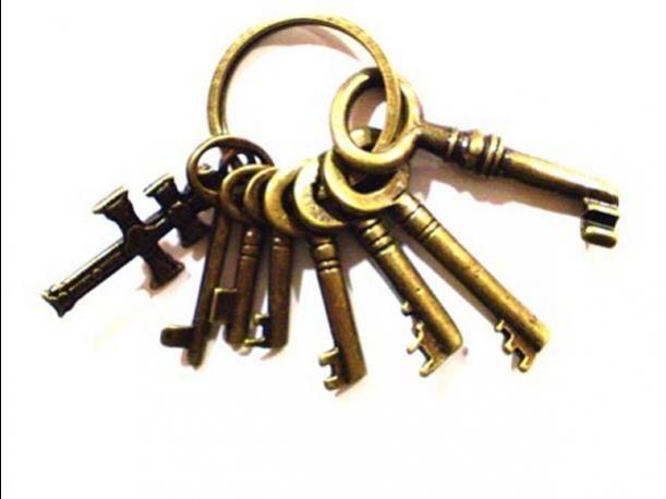 Amuletos con llaves para la buena suerte. Una sola llave traerá sabiduría, buena suerte y prosperidad y es recomendable llevarla en el bolsillo derecho del pantalón. Al usar tres unidas por un gancho de llaves, colgadas del cuello o cadera, te darán salud, riquezas y amor. Colgando siete llaves en la entrada de tu casa atraerás buenas energía y despejarás de las malas a quienes entren.Junta varias llaves para guardar en algún cajón para traer prosperidad a quienes residen ahí.