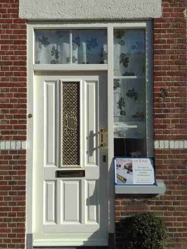Hardhouten voordeur met kozijn met roedeverdeling tussen dubbel glas