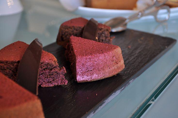 Aromatik kakaolu kek tarifi nefis tarçın ve zencefilli nefis ve pratik kek tarifi.Arzuya göre ganaj ile servis edebilirsiniz.Tarçının mis kokusu nefis kek