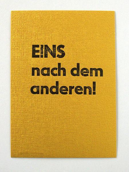 ... mit Bleilettern von Hand auf goldenen Karton gedruckt.