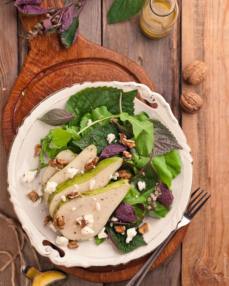 Sałatka z gruszką kozim serem i orzechami
