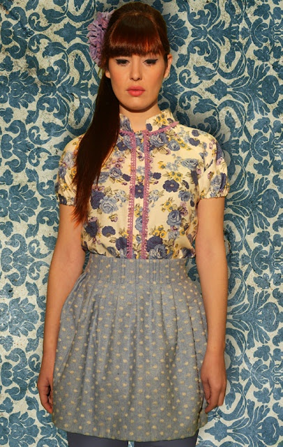 Camisa en villela de algodón estampada y falda aglobada con pinzas en lana azul clarita con lunares bordados en gris.