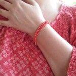 Korallenkette als Armband getragen zur Bluse von H&M