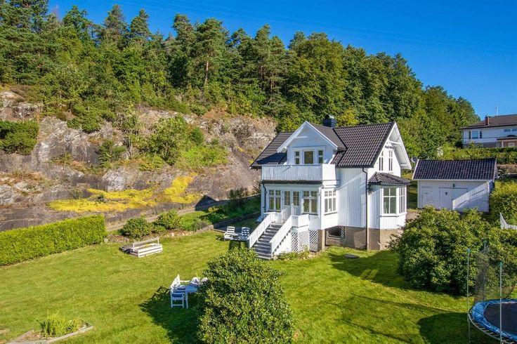 FINN – Kjøpmannskjær - Påkostet enebolig med unik sjarm, stor hage, uthus/garasje og nydelig sjøutsikt fra solrike uteplasser.
