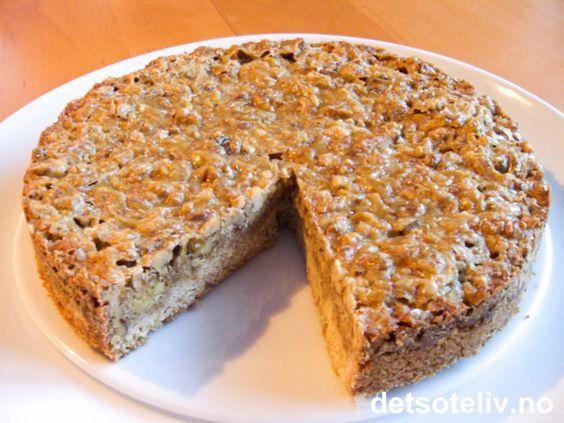 """Både jeg og min mor ELSKER denne kaken!! """"Engelsk valnøttkake"""" er ikke så veldig spesiell å se på, men den smaker fantastisk! Kaken består av en myk og litt kompakt kakebunn, som er laget med grovt mel. På toppen er kaken belagt med et tykt og litt seigt dekke laget av brunt sukker, kremfløte og masse valnøtter. Bør prøves!"""