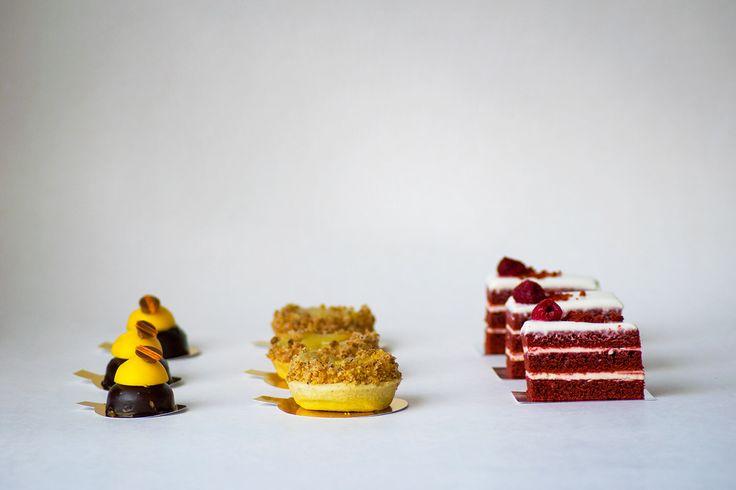 Bocados petit de la línea dulce de LIM. El chocolate maracuyá, la tarta tatín y la torta red velvet.