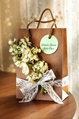 Dantel ve Şebboy çiçeği süslemeli hediye paketi