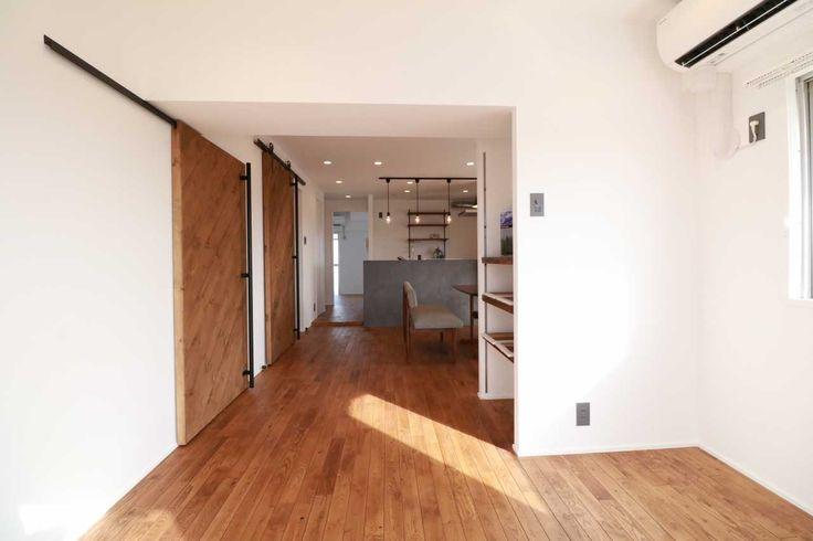 名古屋市を中心に中古マンションから探してちょっとおしゃれにリノベーションをするネクストカラーズの施工事例。  家族構成:ファミリー 年齢層:30代 床は無垢材の「栗」。アウトセットの引き戸は完全オリジナル。 無垢の床と同じ自然塗料「春風」を使用しています。 キッチンにはLIXILのリシェルを対面式で配置し、リビングと景色が見えるようにしました。 最上階リバービューの3面バルコニーはマンションだけの特権です。