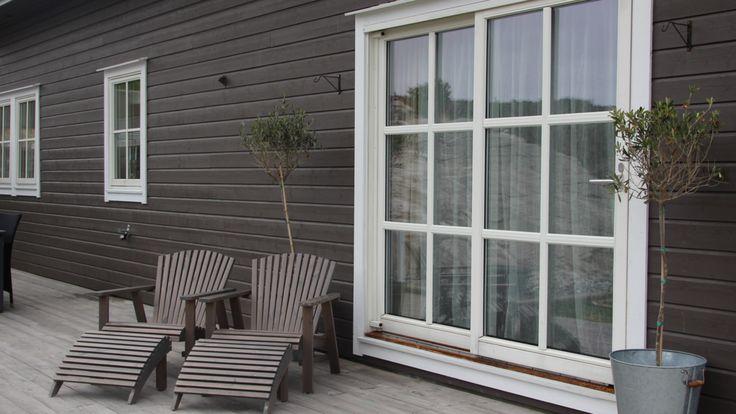 Fönster och dörrar är viktiga detaljer vid färgsättning av ett hus. Vackert utformade och placerade fönster och dörrar är smycken på en fasad och kan med fördel framhävas med hjälp av tydliga färgkontraster. Ett fönster består normalt av bågar, som håller glasen på plats, samt en karm som sitter fast i väggen. Ofta finns dessutom en omfattning eller foder som ramar in fönstret och täcker skarven mellan karm och fasad. Alla dessa delar kan, om man vill, målas i olika färger. Det är också…