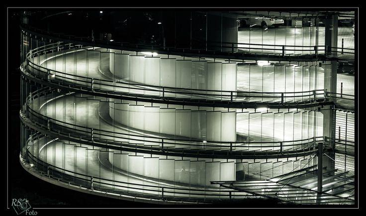 immer im Kreis herum. #Architektur #Parkhaus #Nürnberg #Nacht #RSFoto #Rondell #Auffahrt #Abstrakt