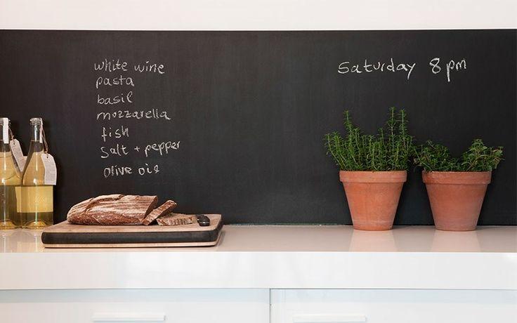 Mitä jos maalaisit keittiön välitilan liitutaulumaalilla, johon on hauska kirjoittaa vaikkapa illallismenu!