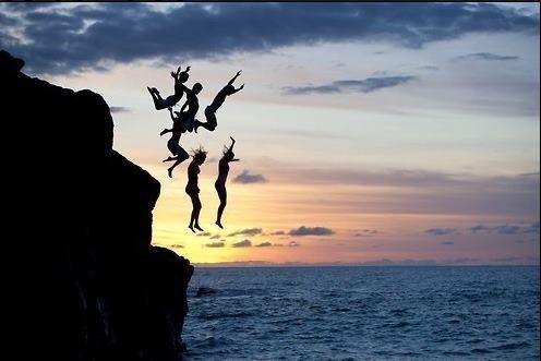 Un chapuzón emocionante entre amigos con puesta de sol.