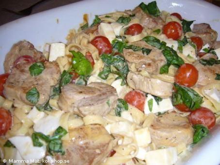 Pasta med fläskfilé, mozzarella, tomat och basilika
