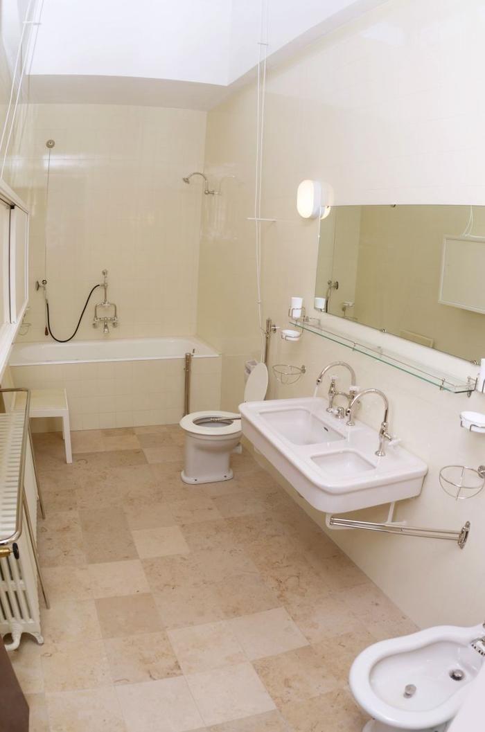 Koupelna ve vile Tugendhat: Úžasné repliky sanity - Fotogalerie - Žena.cz