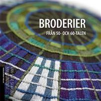 Detta är boken för dig som älskar 50- och 60-talens stilsäkra och färgsprakande broderier! Under den här perioden arbetade många av de främsta textilkonstnärerna i nära samarbete med Hemslöjden. Silverrosor av Elsa Agelii, Gräshoppan i blå och gröna nyanser av Ingrid Dessau och Birgitta Werner-Johanssons genialt utformade ädelstensserie är några av broderierna som visas med bilder och mönster.I boken finns tio beskrivningar till original broderier att brodera själv, men också…