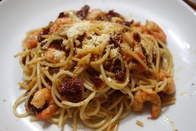 pasta con camarones y tomates deshidratados