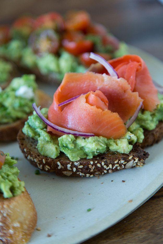 Avocado-Toast mit Räucherlachs und roten Zwiebeln | 21 köstliche Arten, wie Du Avocados zum Frühstück essen kannst