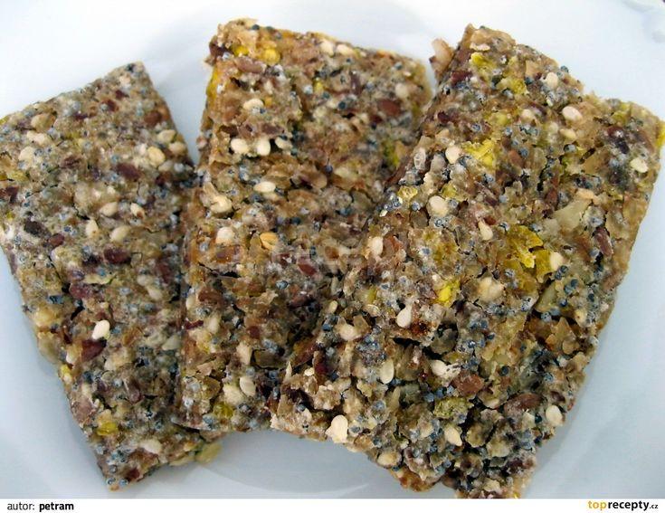Smícháme mouku, vločky, sůl a vodu a necháme hodinu a více odležet. Pak přidáme sezam, mák a nasekané ořechy. Část sezamu můžeme nahradit lněnými...