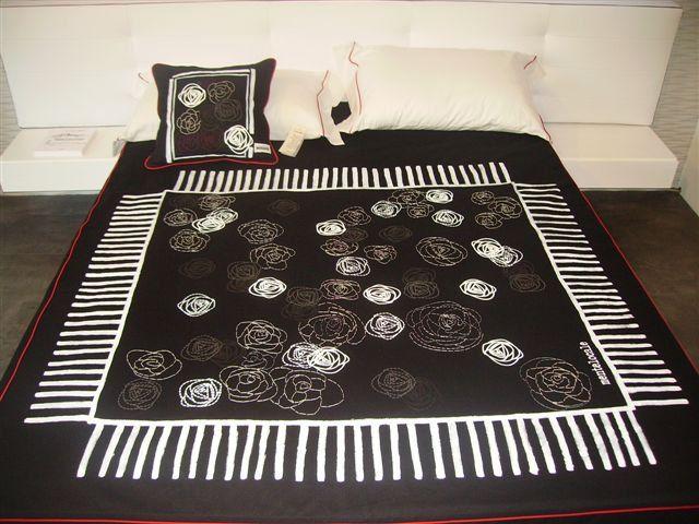 Copriletto in cotone nero con rose dipinte ricamate a mano e stampate, cornice dipinta a mano.