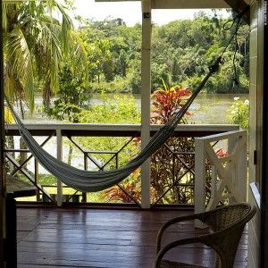 I sit on the landing stage. The moon glistens on the Suriname River and the rainforest across the river has become a black wall. Croaking frogs and chirping crickets penetrate the silence of the night. I have traveled deep into the Surinamese rainforest. It feels good to have arrived at Pasensie Guesthouse (©photocoen)