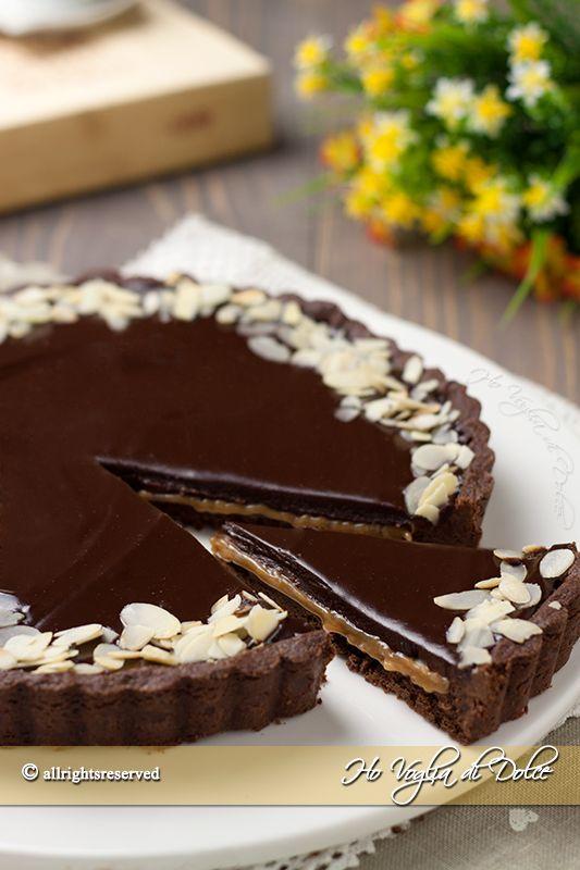 Crostata al cioccolato e caramello tipo mou, una pasta frolla al cacao ripiena di salsa mou e ganache al cioccolato.