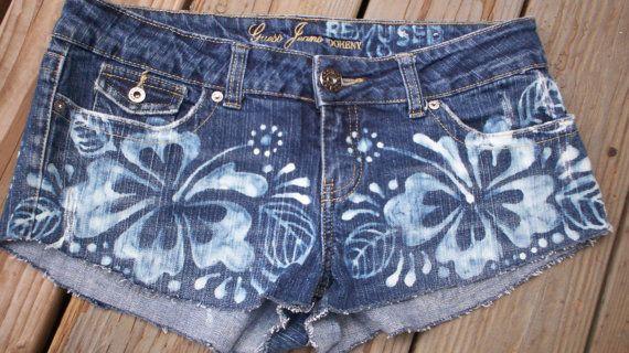 Hete Momma - Hand gebleekt Hibiscus Henna ontwerp op daisy duke denim shorts