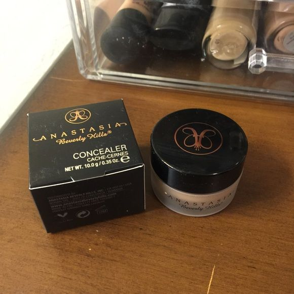 Anastasia Beverly Hills Concealer Shade is 1.5 only used a couple times! Comes with box Anastasia Beverly Hills Makeup Concealer