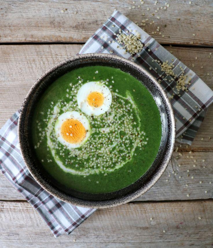 Hei alle sammen! Ny kjøttfri mandag og spinatsuppe på menyen her idag! Spinatsuppe med egg er en av mine favorittsupper, og det beste er at den kan lages på ca. 10 minutter! Perfekt som en rask og enkel middag i årets mest hektiske måned 🙂 Suppa er naturlig glutenfri og eventuelt melkefri om du bruker …