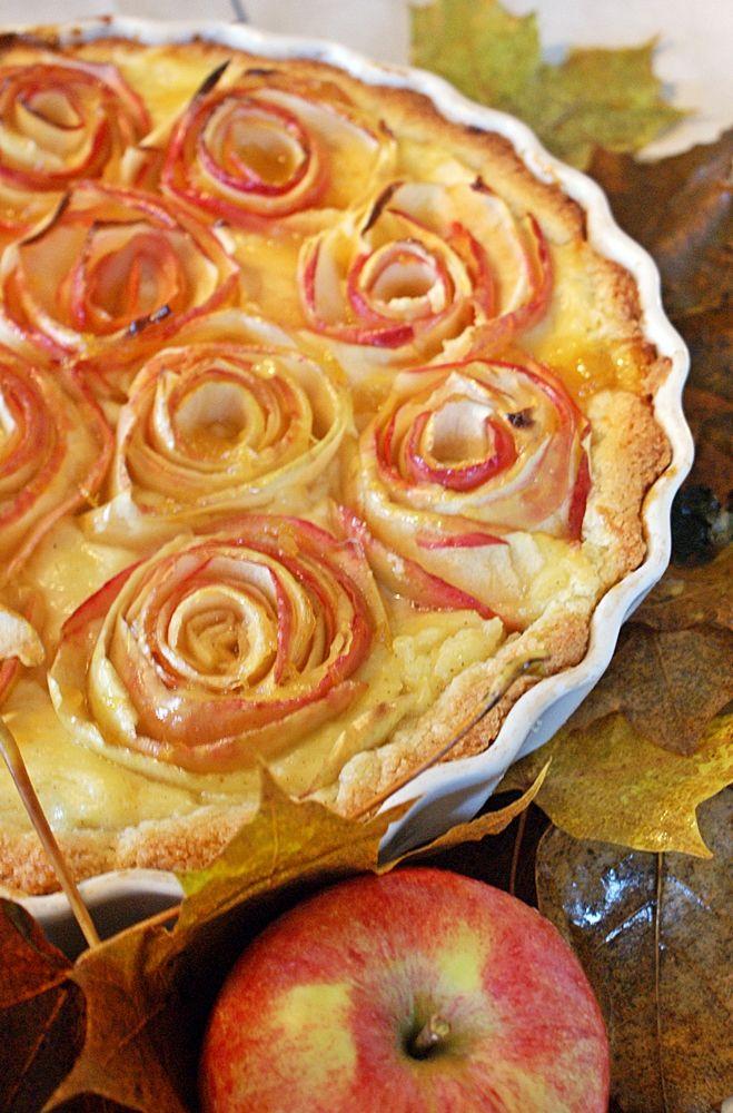 Äppelpaj fylld med en vaniljkräm på vitt vin och äppelrosor