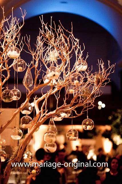 Eh oui, ces boules en verre sont de jolis vases ou photophores selon le type de décoration de mariage a réaliser. Accrochées a un centre de table, avec une bougie a l'intérieur: elles feront de parfaits photophores originaux... Si on souhaite les disposer...