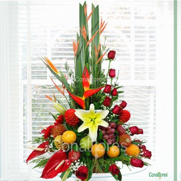 Arreglo con frutas y flores