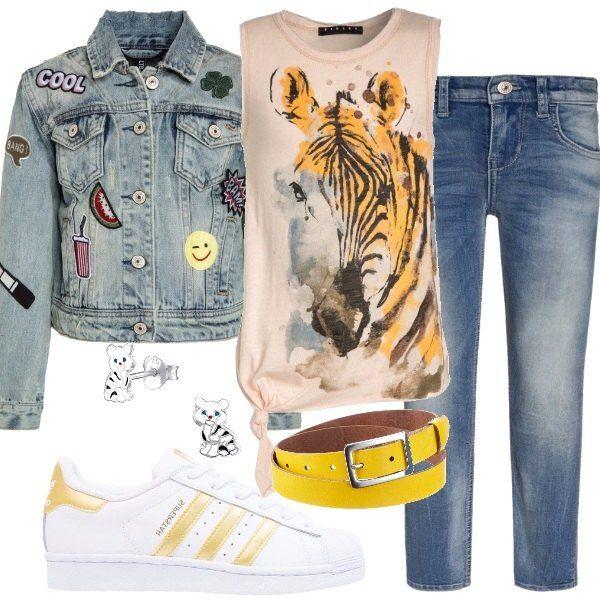 Jeans slim fit a vita normale, abbinati ad una cintura gialla in pelle, ad un top in cotone con stampa e con scollo tondo, senza maniche e ad una giacca di jeans a manica lunga. Sneakers basse stringate ai piedi ed un paio di graziosi orecchini al lobo, in argento.