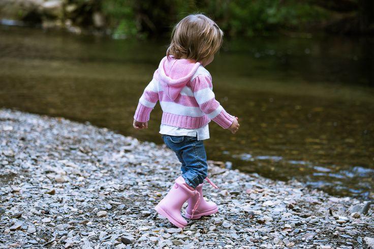 A los peque les encanta saltar en los charcos y explorar!! Están deseando que llueva para ponerse sus botitas de agua.