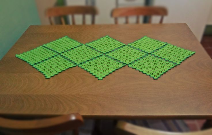 Toalha de mesa feita inteiramente com a técnica de crochê com a linha Cléa. <br> <br>Cores: Verde escuro e Verde limão.