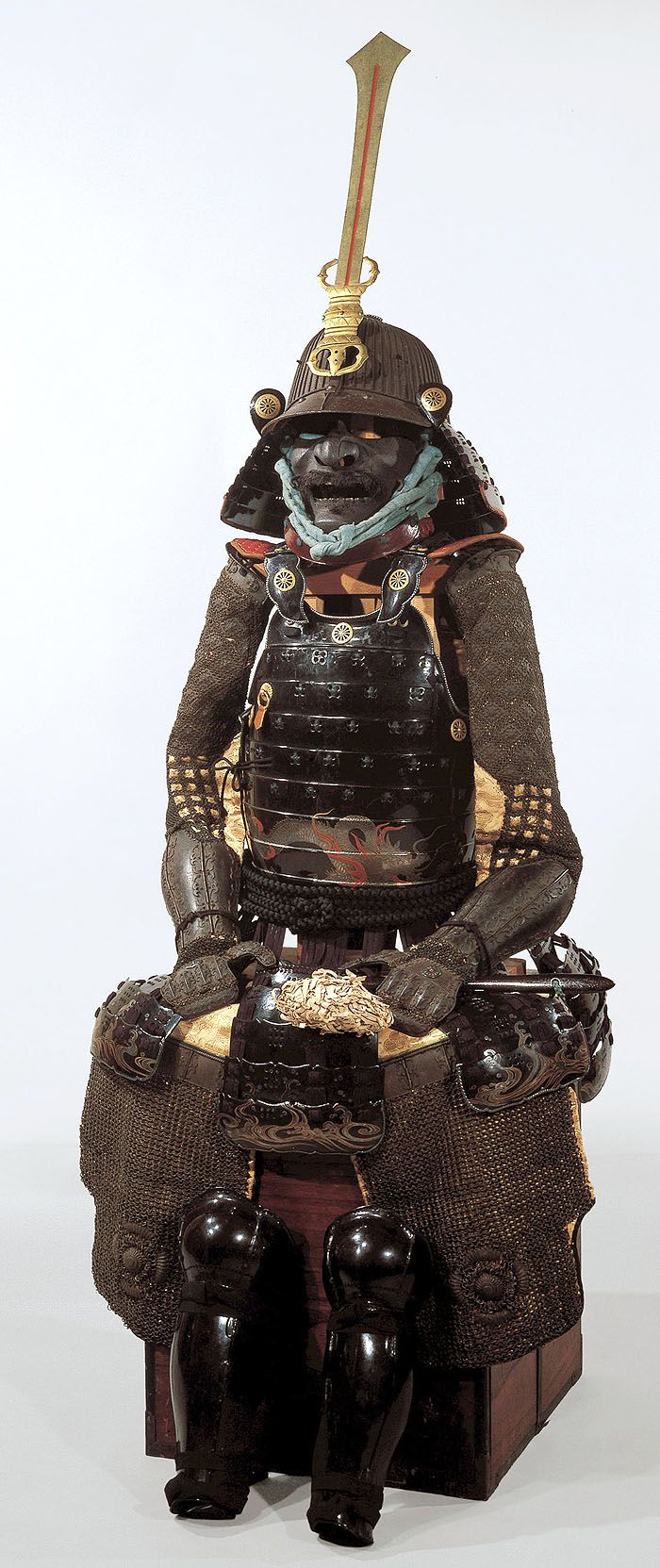 Suji bachi,  hishinui toji, yokohagi okegawa dou gusoku. (armour with ribbed helmet and horizontal plate, tub sided chest armour with cross knots)