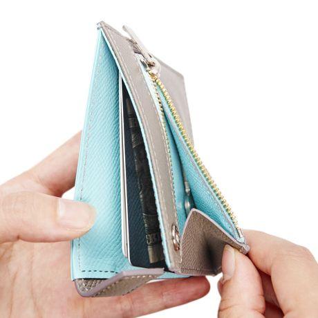 """年々進化する決済システム。クレジットカードはもちろん、お財布ケータイに交通系ICカードまで、現金を持ち運ぶ機会が減ってきました。かといって、カードだけだと不安です。私たち現代人にとって都合のよい、便利さと快適さが共存する財布はどんな形をしていればいいのでしょうか。2006年、横浜で産声を上げたレザーブランド「yuhaku」が出した答えが『ALBERTE(アルベルテ)』です。これまでの財布で当たり前だった「開く」という動作を省き、現代人のライフスタイルに合った、薄くて、軽い財布にたどり着きました。「開く」を省くことで生まれた""""美しい""""薄さ現代人のライフスタイルに合った薄い財布をテーマに、ALBERTE がまず着目したのが、財布の「表革」。「財布は開くものですが、表の革はとくにこれといって機能がないですよね、なので外してみたらどうなるかって思ったんです。」—…"""