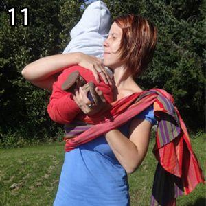 Rebozo, krok 11: Vložte dieťa - položte ho vyssoko na rameno, kde je kapsa, 2. ruku prestrčte pod kapsu a chyťte nôžky.