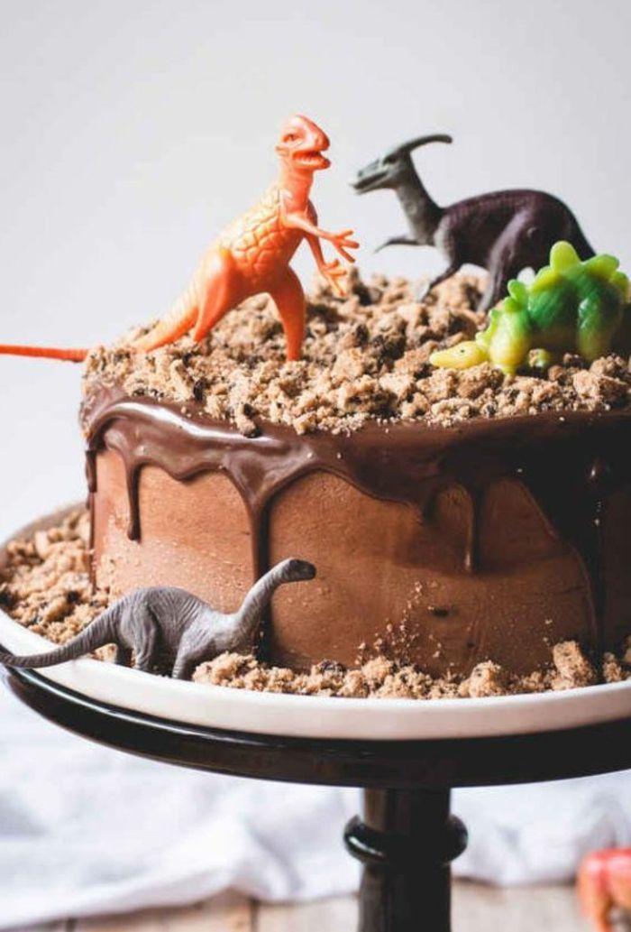 tartas-de-cumpleaños-de-niño-con-chocolate-figuras-de-dinosauros-biscotas